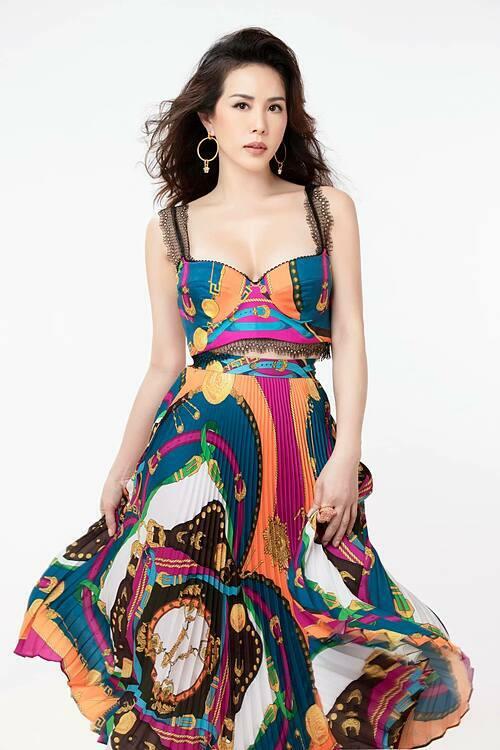 Thu Hoài sinh năm 1976. Cô đoạt giải Hoa hậu Phu nhân trong cuộc thi tổ chức tại Mỹ năm 2012. Người đẹp là doanh nhân kinh doanh lĩnh vực thẩm mỹ, làm đẹp.