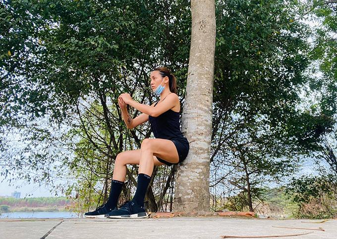 Võ Hoàng Yến đã ở khu cách ly tập trung được 12 ngày. Không chỉ ngày thứ 10 mà ngày nào cô cũng bận rộn với đủ các hoạt động. Mỗi sáng, siêu mẫu rèn luyện cơ thể bằng nhiều môn thể thao khác nhau như carido, đi bộ...