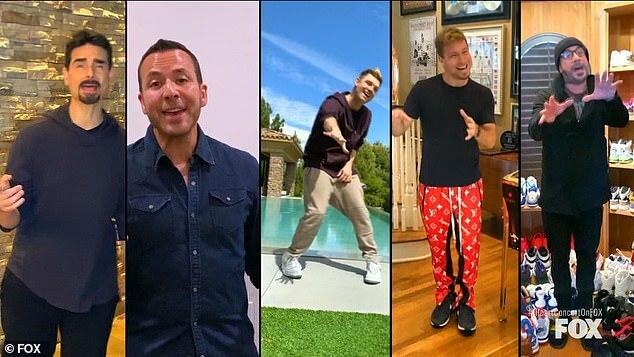Năm chàng trai The Backstreet Boys kết hợp trình diễn I Want It That Way.