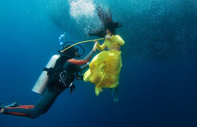 [Caption]Khó khăn lớn nhất khi chụp ảnh dưới nước là việc phải kết hợp và hiểu ý nhau của ekip để người mẫu không mệt. Chụp hình dưới biển với các sinh vật xung quanh là một trải nghiệm thú vị. Với độ sâu và khuôn hình rộng mà không có hồ bơi nào có so sánh được, chụp dưới biển đem lại nhiều càm xúc hơn. Nước biển không làm hại mắt như nước trong hồ bơi cho người mẫu.