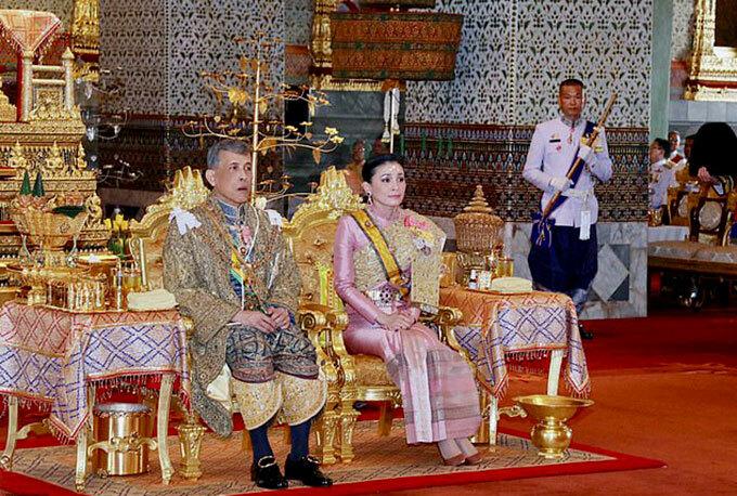 Vua và Hoàng hậu Thái Lan trong lễ đăng quang ở cung điện hồi tháng 5/2019. Ảnh: AP.