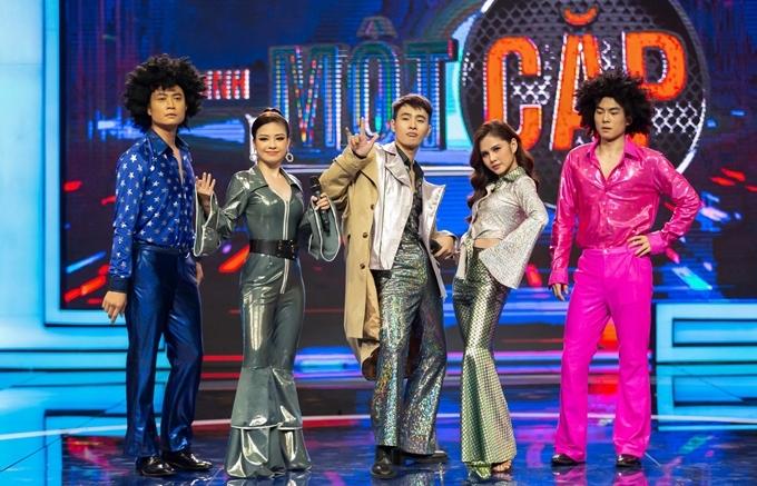 Diễn viên Tiến Lộc, ca sĩ Dương Hoàng Yến, người mẫu Nhâm Phương Nam, diễn viên Thu Hoài, diễn viên Thế Thịnh (từ trái qua) trên sân khấu Trời sinh một cặp.