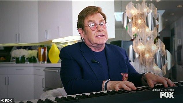Elton John biểu diễn tại ngôi nhà ở Anh.