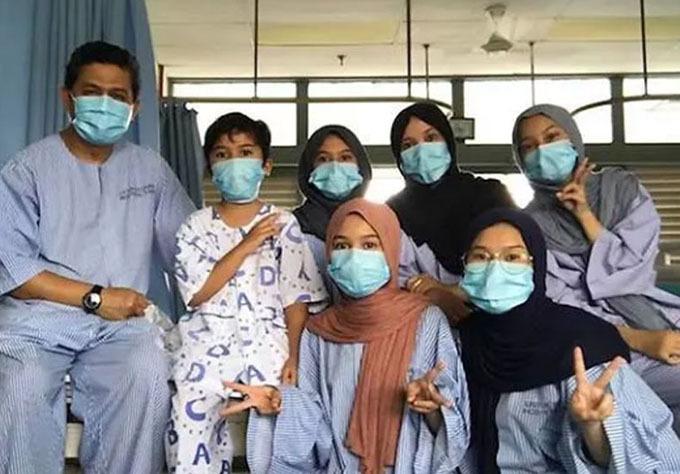 Bác sĩ Samsu Ambia Ismail (trái) cùng vợ và 5 đứa con tại bệnh viện. Ảnh: Mothership.