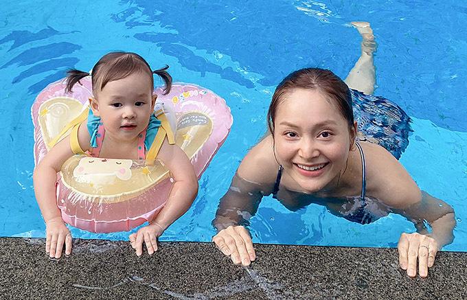 Lan Phương đi bơi cùng con gái Lina.