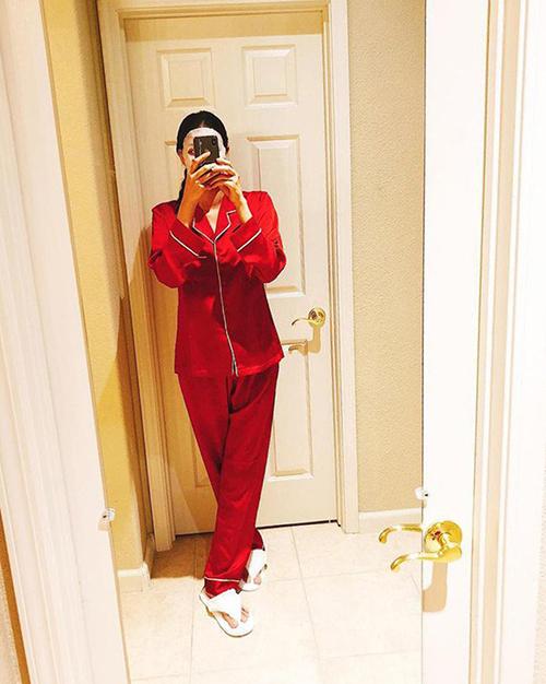 Chăm khoe dáng với các mẫu áo sexy nhưng pyjama cũn là món đồ mặc ở nhà được Phạm Hương yêu thích.