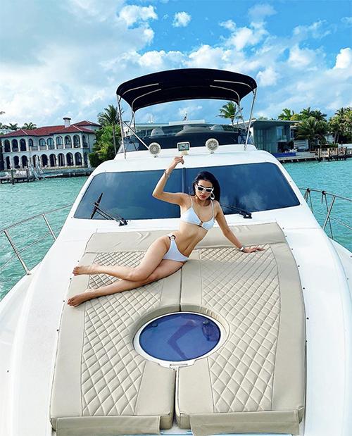 Hoa hậu Hoàn vũ Việt Nam 2015 khoe vóc dáng trong thiết kế áo tắm hai mảnh. Người đẹp chọn thêm kính mát, đồng hồ ton-sur-ton để mix đồ.