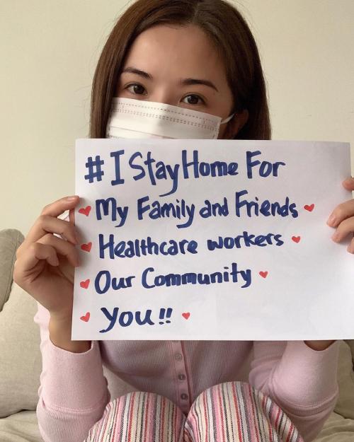 Diễn viên Thái Trác Nghiên đeo khẩu trang, giơ tấm biển ghi: Tôi ở nhà vì gia đình, bạn bè, cộng đồng, các nhân viên y tế, và vì bạn. Mỹ nhân Hong Kong khuyên mọi người ở yên một chỗ để cùng đẩy lùi dịch bệnh.
