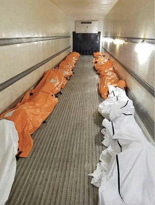 Túi đựng xác của các bệnh nhân Covid-19 được xếp bên trong một xe tải giữ lạnh bên ngoài Bệnh viện Brooklyn, New York, Mỹ hôm 29/3. Ảnh: FB.