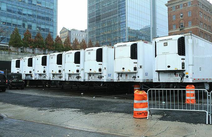 Xe tải đông lạnh xếp hàng chờ vận chuyển xác nạn nhân Covid-19 ở New York, Mỹ hôm 29/3. Ảnh: Mail.