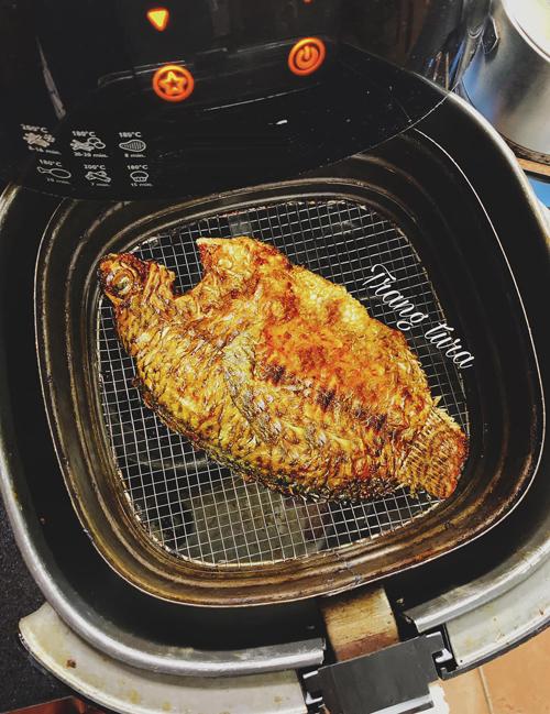 Cá rán:Cá làm sạch, rửa với muối và ướp chút gia vị. Làm nóng lò trước và quết 1 lớp dầu ăn xuống vỉ nướng để chống dính khi lật cá.Nếu nướng cá nhỏ, bạn để 160 độ C trong 10 phút rồi trở mặt và nướng thêm 10 phút. Cứ làm như thế cho đến khi cá chín.Nếu cá to, bạn nướng 180 độ C trong 10 phút, trở mặt 1 lần, sau đó nướng thêm 10-15 phút nữa.