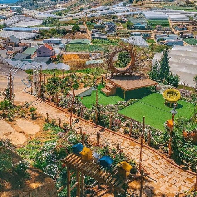 Cách Hồ Xuân Hương khoảng 10 km, quán cà phê kiêm homestay mới mở ở Trại Mát trở thành điểm check-in được nhiều bạn trẻ Đà Lạt ưa chuộng. Quán nằm kề thung lũng trồng rau, diện tích rộng, không gian thoáng.
