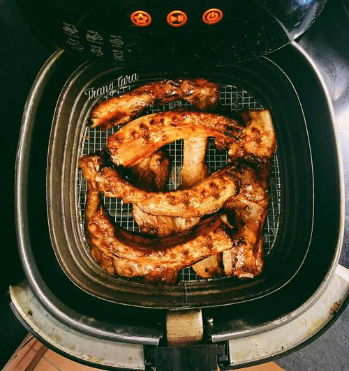 Sườn nướng BBQ:Sườn rửa sạch với muối, luộc sơ cho hết bọt rồi ướp với hành tỏi băm nhỏ, dầu hào, mật ong, hạt nêm, nước sốt sườn nướng mua sẵn khoảng 1 tiếng nếu vội và 3-5 tiếng nếu có thời gian (để ngăn mát tủ lạnh).Bạn lót giấy bạc xuống vỉ để không bị cháy khói và nướng lần 1 ở 130 độ C trong 20-25 phút để sườn chín đều từ bên trong.Sau đó bỏ giấy bạc, phết sốt ướp lên sườn lần 2 để sườn thơm ngon và ngấm đều gia vị, nhớ lật sườn cho đều. Nướng tiếp 200 độ C khoảng 5-7 phút để sườn vàng óng đẹp mắt.