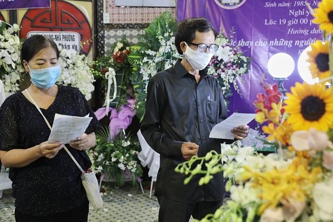 Gia đình cố diễn viên đọc lời cầu nguyện trước lúc động quan.