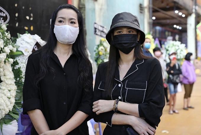 Trương Quỳnh Anh (phải)