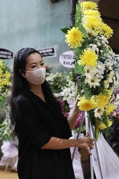NSƯT Trịnh Kim Chi phụ giúp mang các lãng hoa ra xe tang.