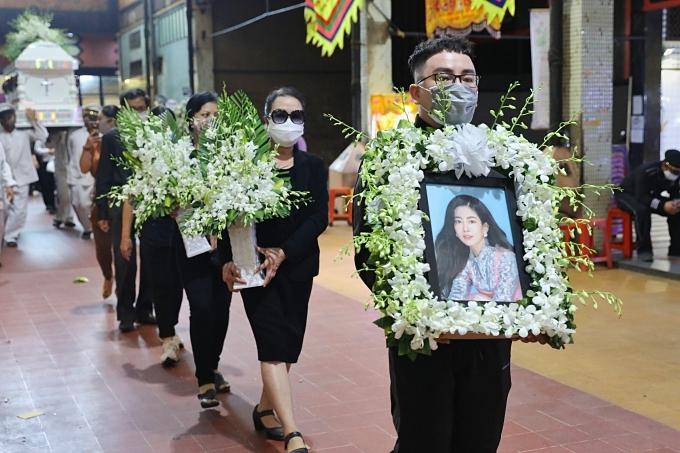 Di ảnh Mai Phương được một người bạn của Mai Phương. Sáng nay, con gái Lavie ở nhà để người thân chăm sóc, thay vì ra nhà tang lễ.