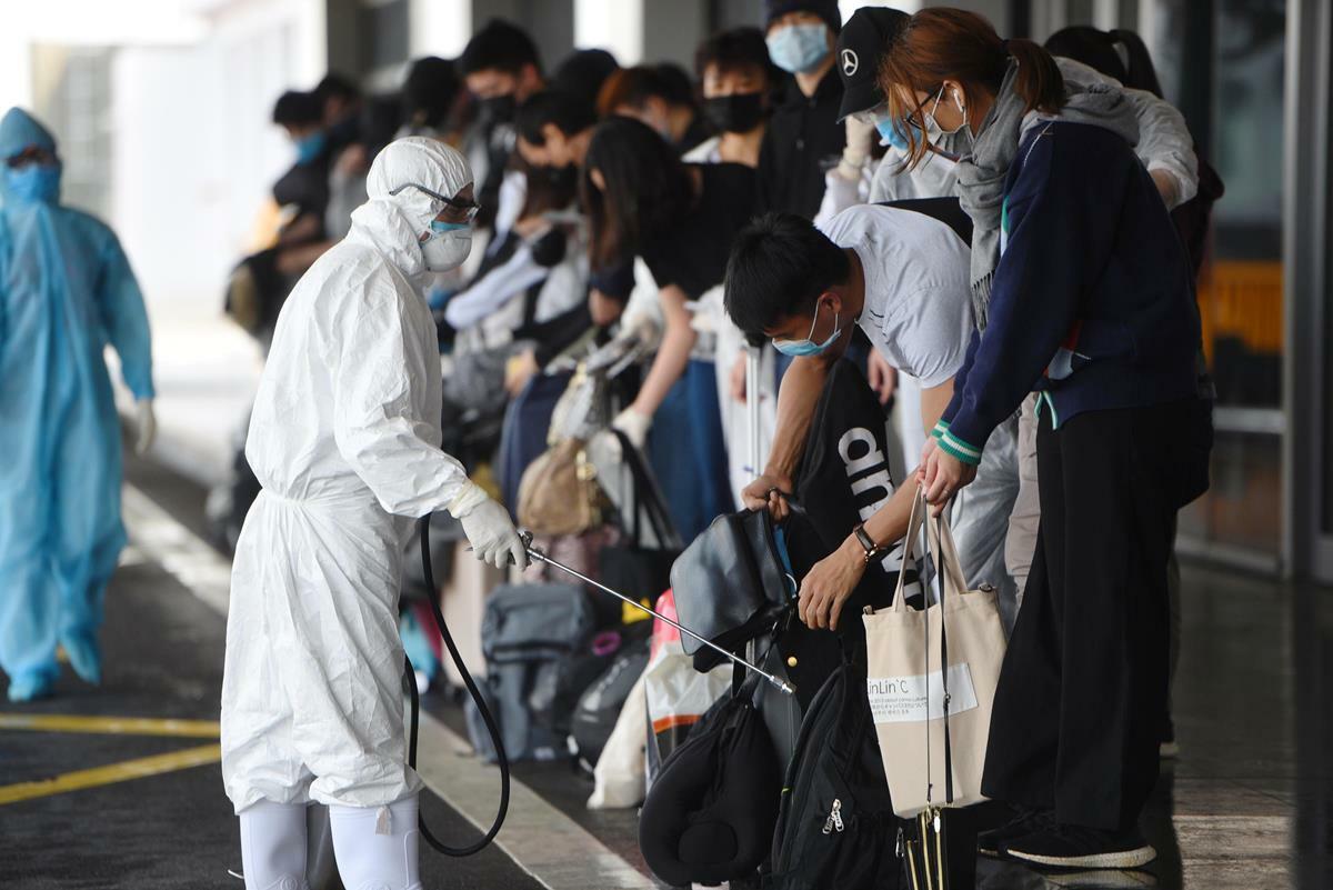 Sân bay Vân Đồn được khử khuẩn. Ảnh: Bình Minh