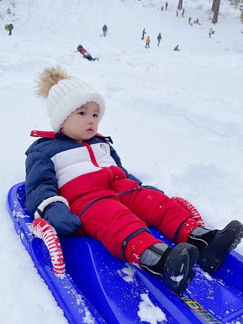 Maximus thường theo mẹ trong những chuyến du lịch, công tác. Mới đây, cậu nhóc thích thú trượt tuyết cùng mẹ.