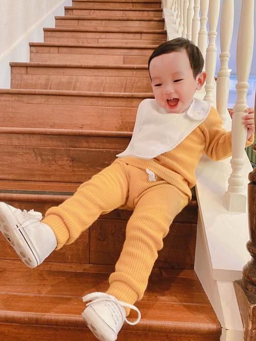 Côhạnh phúc khi con trai phát triển tốt, năng động và có chiều cao vượt trội so với trẻ em cùng tuổi ở Mỹ.