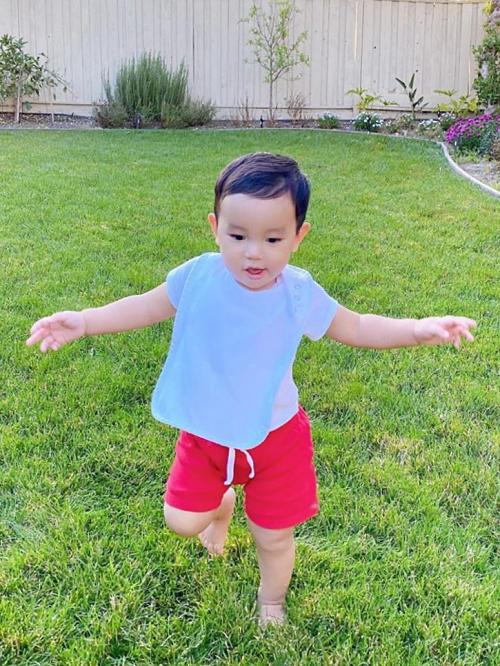 Maximus chào đời cuối tháng 12/2018 song được mẹ Phạm Hương giấu kín thông tin. Đến dịp sinh nhật tròn một tuổi, Hoa hậu Hoàn vũ Việt Nam 2015 mới công khai thông tin con trai.