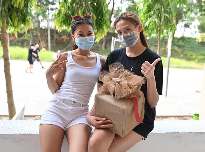 Hôm 30/3, Võ Hoàng Yến và một người bạn cùng phòng được cô đặt biệt danh là lớp phó khẩu nghiệp làm một chiếc thùng từ thiện tái chế từ thùng snack rong biển và giấy bọc hoa.