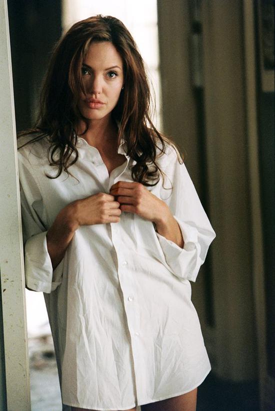 Một cảnh cởi đồ của Angelina Jolie.