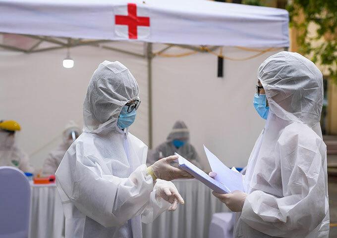 Nhân viên y tế làm việc tại trạm dã chiến xét nghiệm nhanh Covid-19 ở Hà Nội sáng 31/3. Ảnh: Phạm Chiểu.