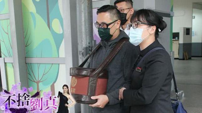 Từ vài ngày trước, em trai Lưu Chân đã về chịu tang chị.