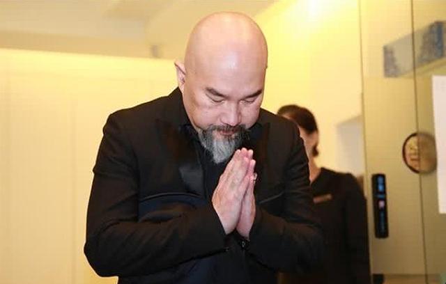 Theo QQ, Tân Long khóc rất nhiều trong suốt những ngày cận kề bên linh cữu vợ.
