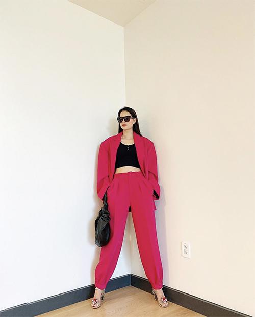 Những xu hướng thịnh hành như blazer, suit dáng rộng, áo hở eo... cũng được Phạm Hương cập nhật.
