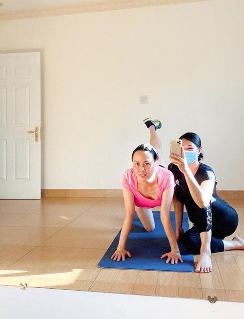 Phượng Chanel tập gym cùng huấn luyện viên đồng thời là hàng xóm của cô tại nhà riêng. Nữ doanh nhân thiết kế một căn phòng rộng trong biệt thự để cả gia đình tập luyện thể dục, thể thao.