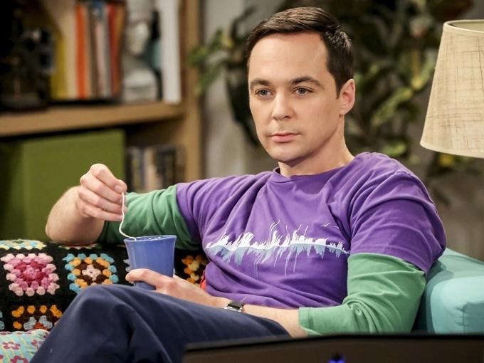 Ở một tập của sitcom Young Sheldon, cậu nhóc Sheldon nghỉ học vì lý do không muốn chết. Cậu đeo mặt nạ phòng độc và xem bản tin trên tivi về một loại virus bắt nguồn từ Trung Quốc, đặc biệt dễ lây nhiễm ở người già và trẻ nhỏ. Trong phiên bản mới của loạt phim này mang tên The Big Bang Theory, nhân vật Sheldon lúc này đã trưởng thành, tìm cách tránh một dịch bệnh chết người. Nhưng sau cùng, anh vẫn phải nhập viện cách ly 14 ngày.