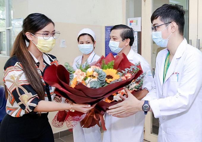 Hot girl tặng hoa cảm ơn các y bác sĩ Bệnh viện Nhiệt đới TP HCM đã điều trị, chăm sóc tận tình giúp cô vượt qua bạo bệnh.