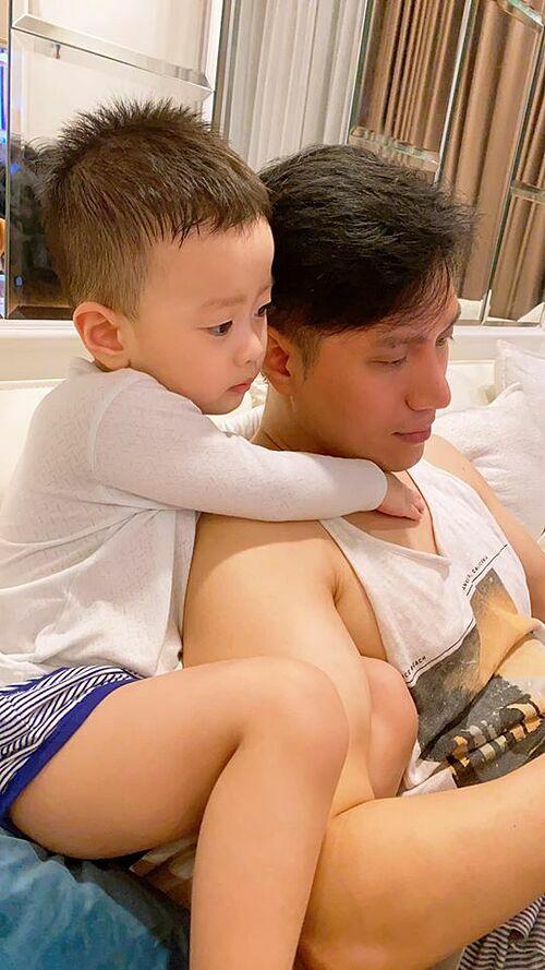Việt Anh ở nhà cả ngày với con trai và kêu gọi mọi người Ai ở đâu thì ở nguyên đấy nhé, khôngra đường lúc này là yêu nước, giống bố con nhà Đậu Đậu nhé.