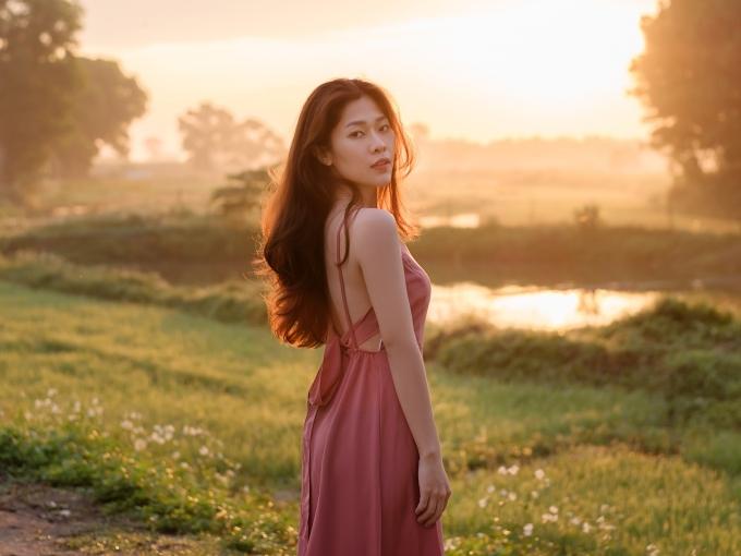 Nữ ca sĩ gốc Huế lựa chọn khung cảnh quen thuộc của quê nhà làm nền cho MV. Những địa điểm trong phim Mắt biếc như phố cổ, cây ngô đồng, ngôi nhà của Hà Lan cũng lần lượt xuất hiện trong MV.
