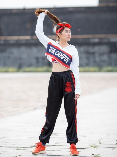 Điểm mới của MV là phần vũ đạo của Linh Cáo. Trước đây, cô chỉ sáng tác, thể hiện ca khúc, song lần này cô quyết định thử sức với vai trò vũ công.