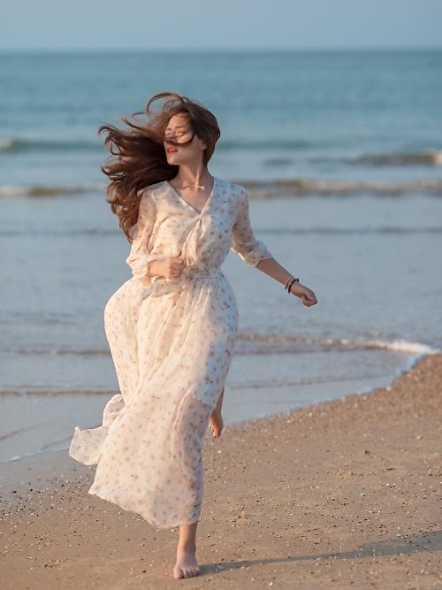 Với chất giọng nội lực, Linh Cáo khá thành công khi hát đơn. Cô nàng nổi tiếng với các ca khúc solo như Kiếp thứ hai, Mân côi...
