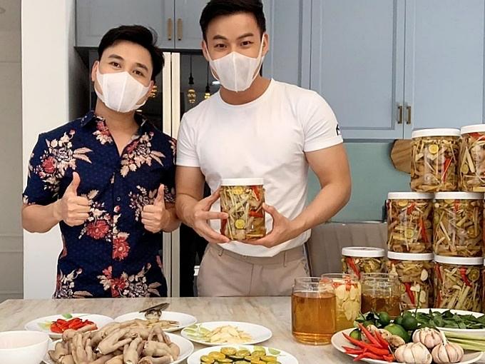 Cặp đôi cùng nhau kinh doanh đồ ăn online trong mùa Covid-19. Thanh Tú là người tiếp lửa cho Don Nguyễn thực hiện công việc này. Anh phụ giúp người yêu trong việc chọn nguyên liệu, chế biến, quảng cáo và vận chuyển.