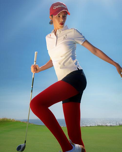 Người mẫu khiến bản thân trở nên nổi bật trên sân cỏ khi kết hợp áo phông, quần short với quần tất màu đối lập.