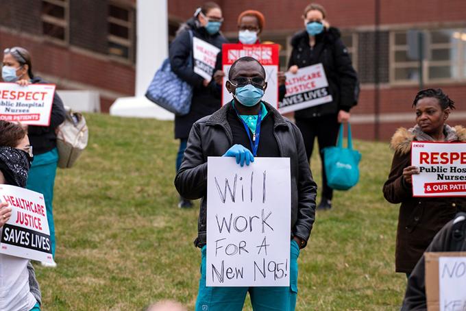Các y tá tại Trung tâm y tế Jacobi ở Bronx, New York đã tập trung ở bệnh viện vào cuối tuần trước để phản đối sự thiếu hụt thiết bị bảo hộ, bao gồm việc yêu cầu cung cấp khẩu trang N95. Ảnh: NYT.