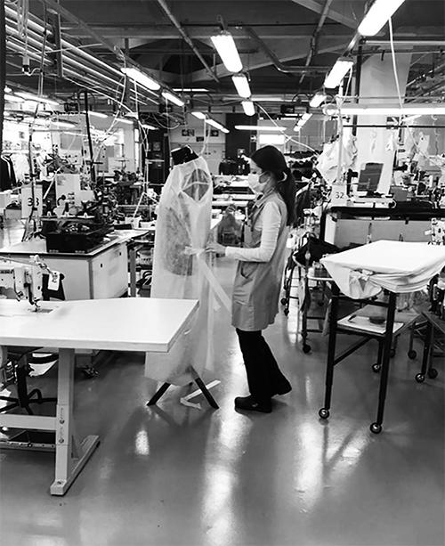 Ngoài khẩu trang thì đồ bảo hộ dành cho y tá, bác sĩ, nhân viên tham gia chống dịch cũng đượcEmporio Armani đầu tư.