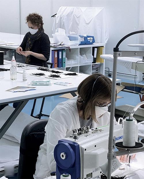Khi dịch Covid-19 bùng phát ở châu Âu cũng là thời điểm các ngành may mặc, xa xỉ phẩm đình trệ. Chính vì thế nhiều thương hiệu nổi tiếng đã tạm ngưng tất cả các dự án cho mùa xuân hè 2020, thay vào đó là các hoạt động tích cực cho cộng đồng.