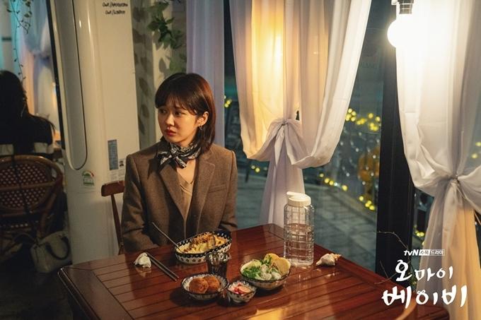 Tuy là người nghiện việc, nhân vật Jang Ha Ri rất biết cách tận hưởng đời sống tinh thần với những bữa ăn ấm cúng và những ly rượu ngon.