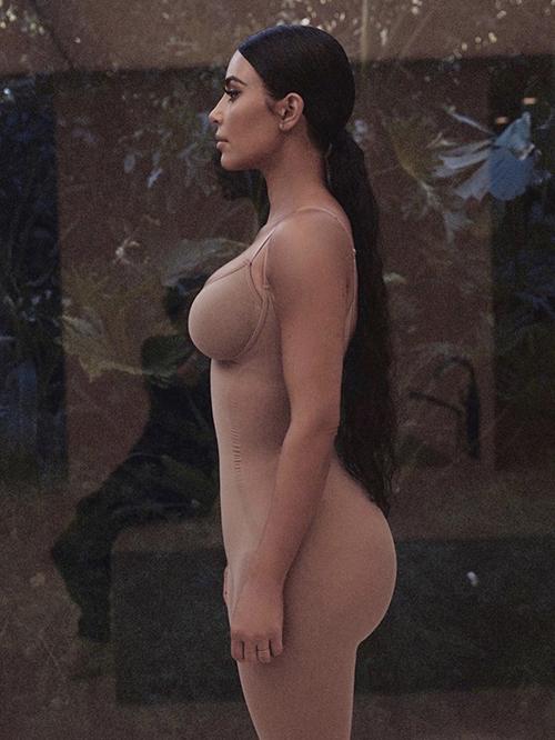 Tận dụng khoảng thời gian ở nhà tránh dịch, Kim Kardashian chụp ảnh để quảng bá cho thương hiệu thời trang của cô sáng lập.