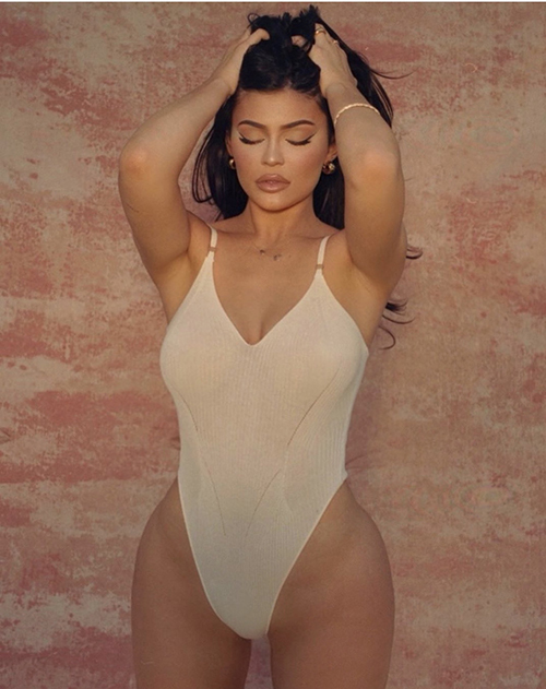Kylie Jenner cũng nóng bỏng không kém chị gái khi khoe thân hình đồng hồ cát với kiểu áo tắm liền thân.