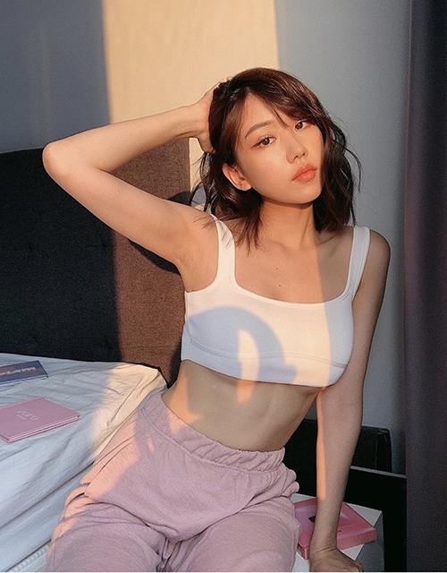 Ca sĩ Min ăn mặc phóng khoáng với áo bra đi cùng quần thể thao. Cô chọn trang phục sexy để sử dụng khi nằm trong phòng đọc sách, nghe nhạc và tắm nắng.