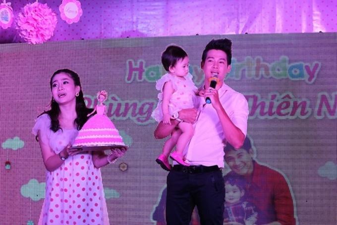 Mai Phương và Phùng Ngọc Huy trong tiệc sinh nhật con gái một tuổi.