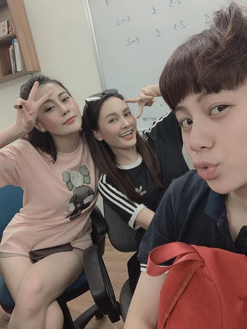 Phương Oanh, Bảo Thanh, Bảo Hân trong buổi họp diễn viên của Những ngày không quên.