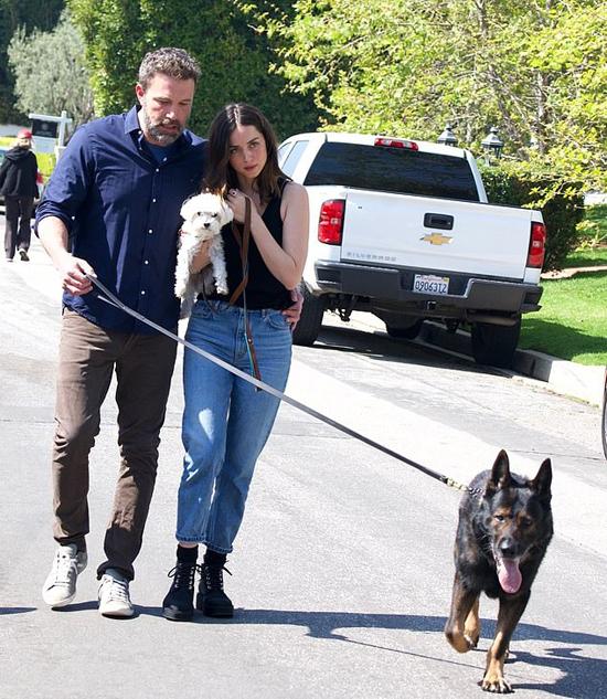 Ben Affleck tay ôm người yêu, tay dắt chó tản bộ trên phố. Cặp sao đang tự cách ly cùng nhau phòng dịch bệnh tại biệt thự của Ben ở Los Angeles.